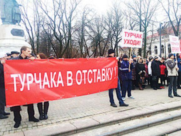 Путинец турчак встречает акции протеста: Псковичи требуют отставки Турчака