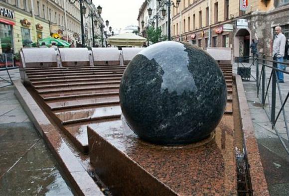 Фонтан «Шар» вернулся на Малую Садовую