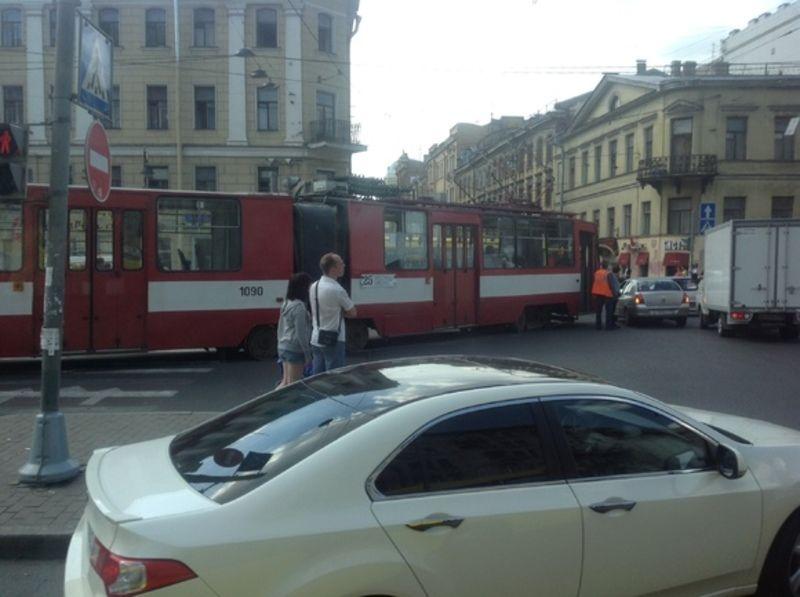 Трамвай и легковушка столкнулись в Москве