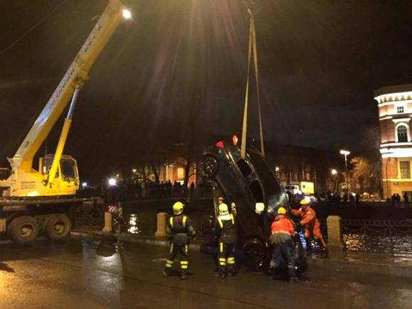 ВПетербурге автомобиль пробил ограждение иупал вКрюков канал