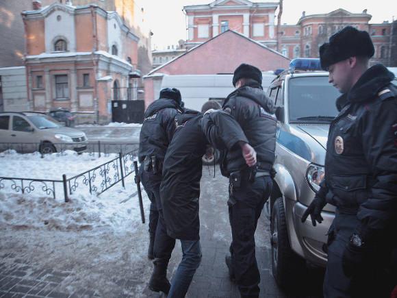 Русские полицейские задержали руководителя местного штаба Навального прямо наглазах уОБСЕшников