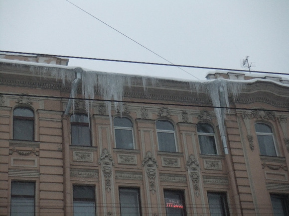 ВПодмосковье глыба льда едва неубила мать с сыном