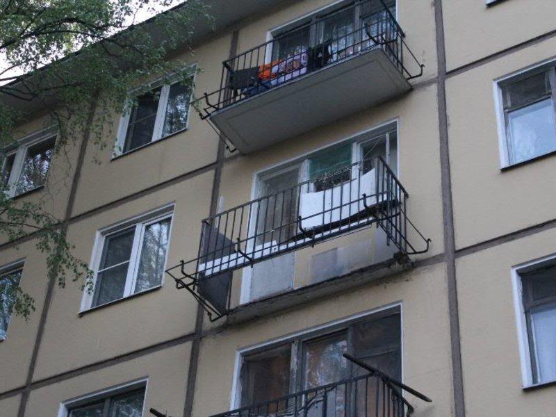 При обрушении балкона на новочеркасском проспекте пострадала.