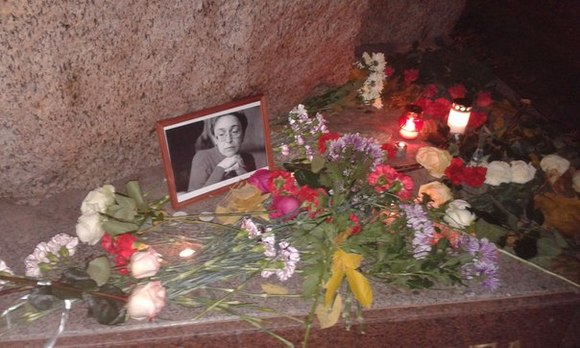 Напикет памяти Анны Политковской собрались сотни петербуржцев