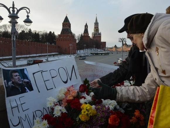 Мемориальную доску Немцову вцентре столицы вновь демонтировали