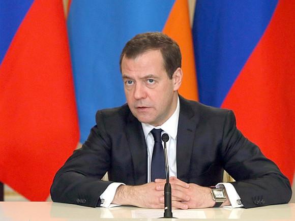 Депутат отКПРФ попросилСК проверить коррупционную схему Медведева