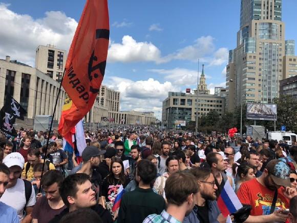 Митинг в поддержку оппозиции в Москве собрал десятки тысяч человек