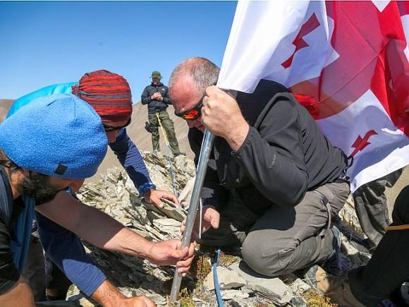 Президент Грузии свысокопоставленными депутатами взобрался нагору вышиной свыше 3км