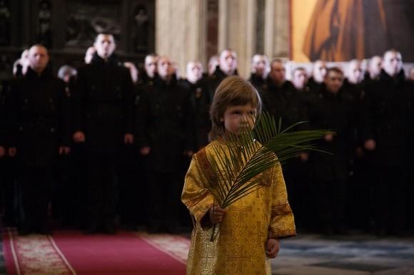 Дети участвуют в крестном ходе вокруг Исаакия