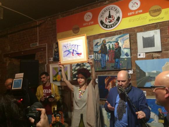 Посетителям предлагалось получить картины профессиональных художников в обмен на алкоголь. Самой дорогой картиной перформанса стал «Шнур на лабутенах» Ирины Романовской.