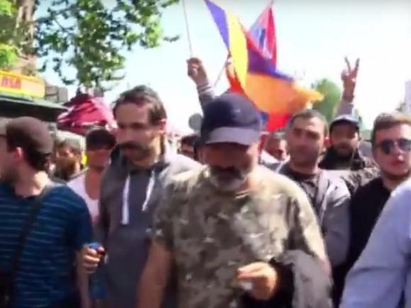 Премьер Армении подал вотставку нафоне многотысячных протестов