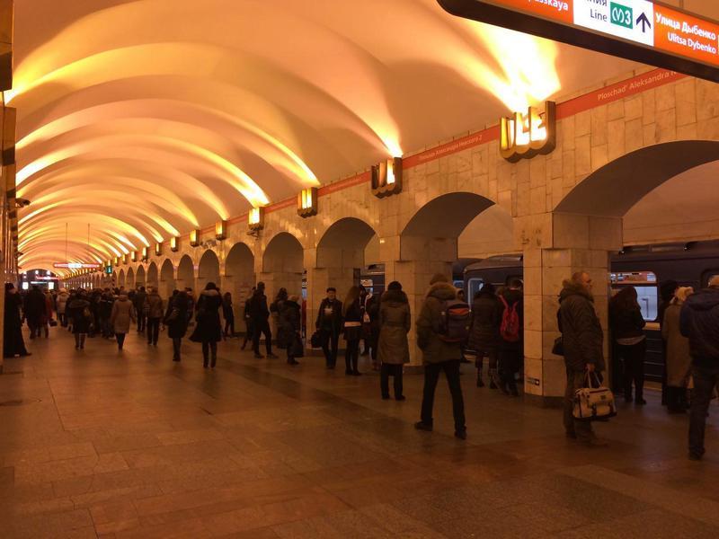 Очевидцы: В петербургском метро в вагоне поезда произошел взрыв