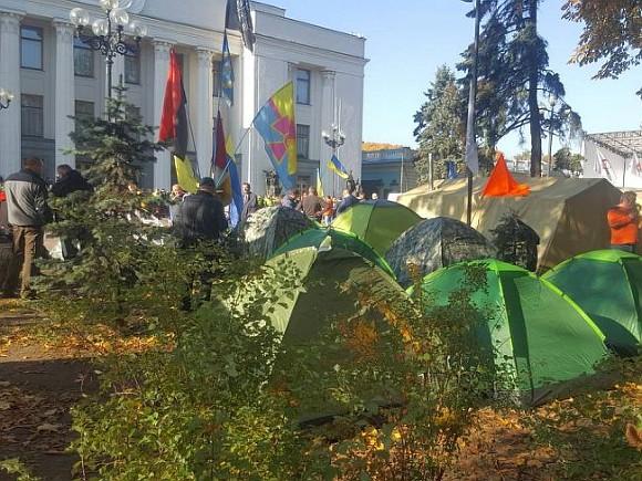 Протестующие уРады обещают невыпускать депутатов, пока тенепримут законы