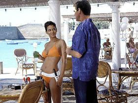 Стоп-кадр из фильма «Джеймс Бонд, Агент 007: Умри, но не сейчас» (2002 год)