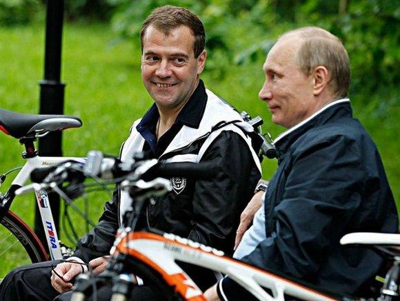 Глава правительства России Дмитрий Медведев «нашел» автомобиль у каждой российской семьи