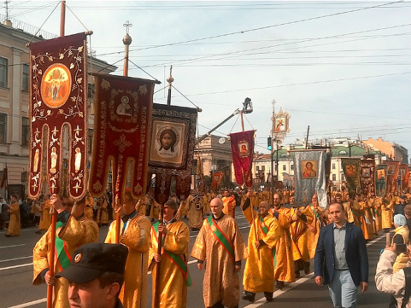 В Петербурге в один день православные провели крестный ход, а мусульмане отметили Курбан-байрам. Движение в городе парализовало.