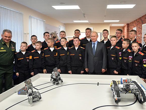 Суворовцы показали Путину разработанных училищем роботов. Они сделаны фирмой из Кореи