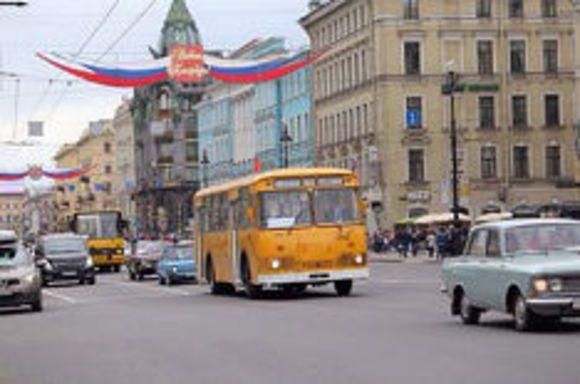 Пассажиры метро купят билеты кпразднику Московского автобуса