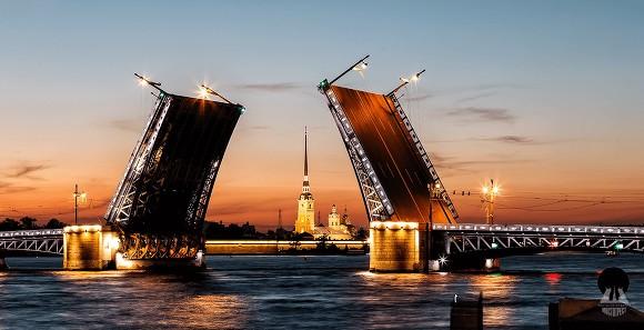 Петербуржские власти для удобства туристов изменят график разводки Дворцового иТроицкого мостов