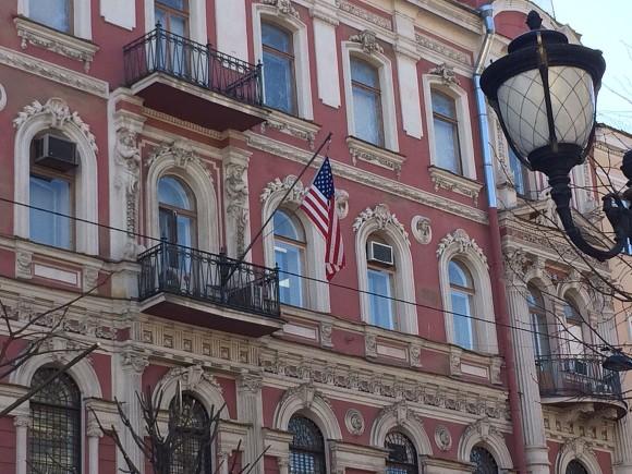 Приспущенный флаг США нагенконсульстве вПетербурге снова подняли— Последние дни
