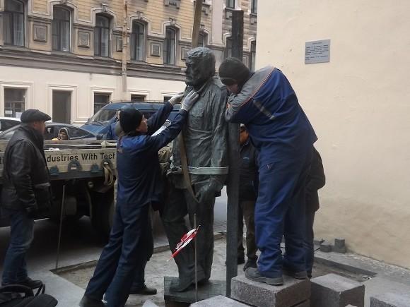 Монумент Довлатову вПетербурге после доработки вернули наместо установки