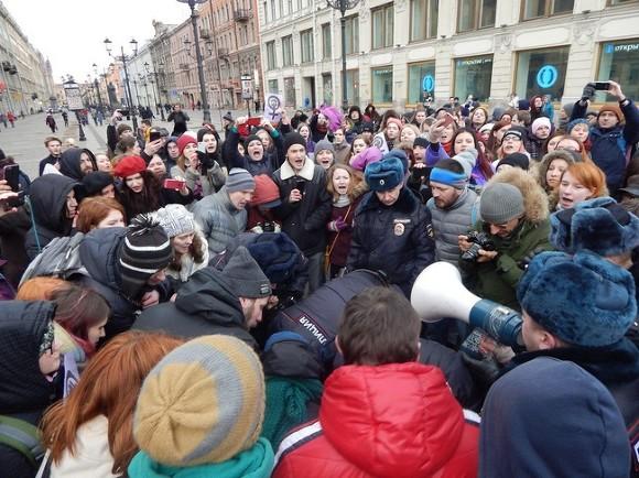 Вцентре Петербурга проходит акция феминисток. Участниц задерживают, UPD