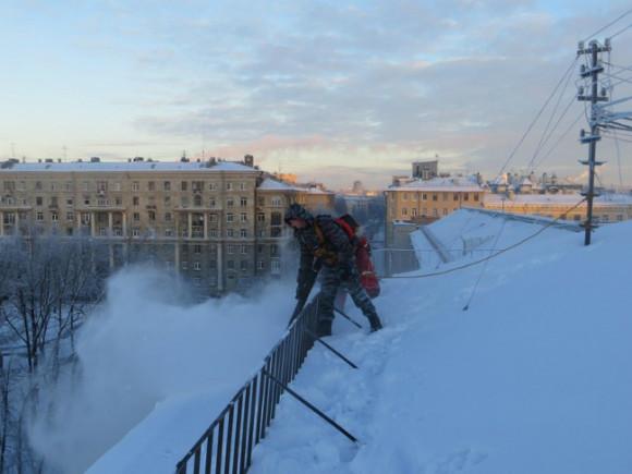 Отснега очищена только седьмая часть всех крыш Петербурга