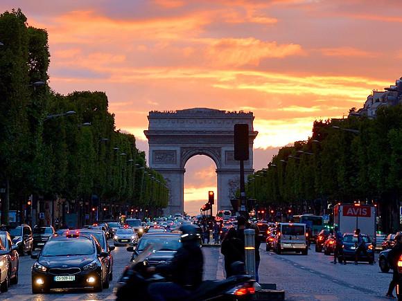 Встолице франции закроют Эйфелеву вышку из-за Трампа