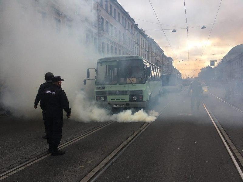 В Улан-Удэ сотрудники Росгвардии бросили дымовую шашку в автобус с про