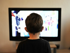 Телевизор повернулся к детям задом