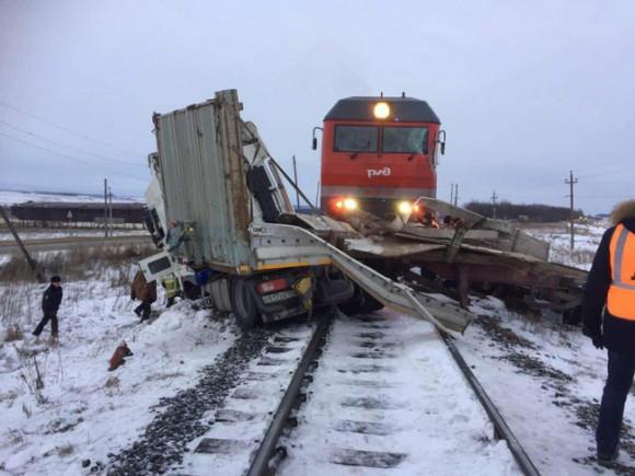 Фургон протаранил поезд вЧувашии: два человека пострадали