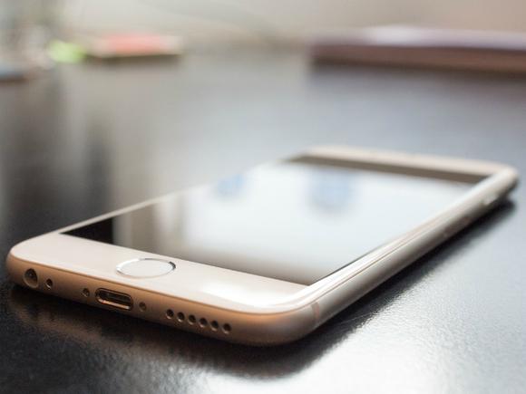 Российский невролог рассказала, чем грозит привычка спать рядом со смартфоном