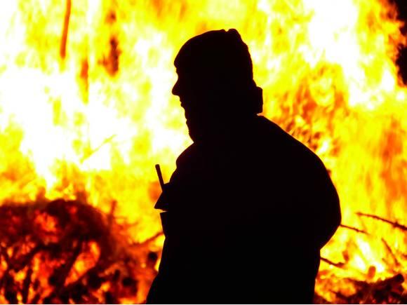 Сильный пожар вспыхнул на заводе в Москве, могли пострадать дети (видео)