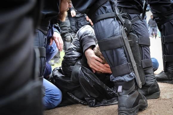 В Екатеринбурге ОМОН кладет протестующих в снег и избивает (фото, видео)