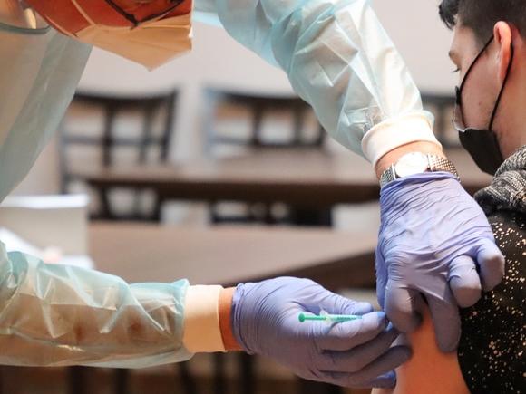 «Коммерсант»: Выпуск одной из вакцин от коронавируса в России приостановлен