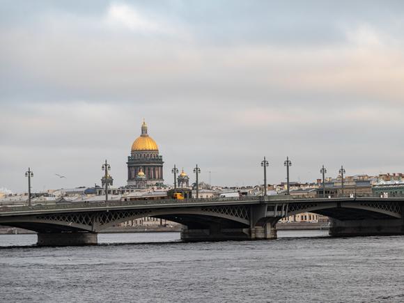 Теплоход с детьми сел на мель в Петербурге
