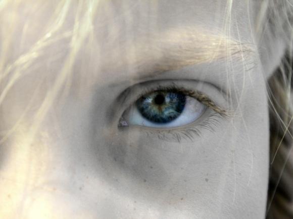 Сейчас ты узнаешь, как вас воспитывать надо: учительница на глазах у всех смыла с девочки макияж