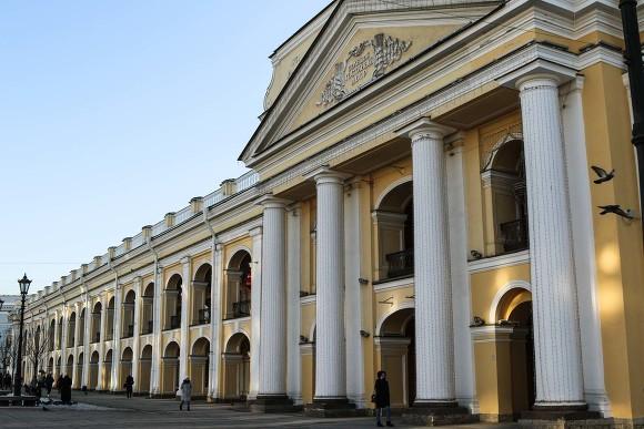В Петербурге у остановки Гостиного двора установили табло с грубой грамматической ошибкой (фото)