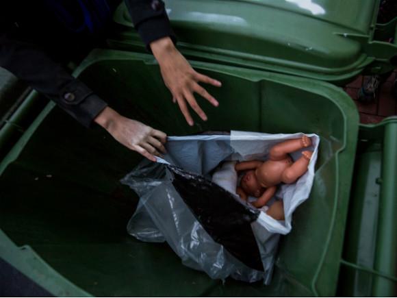 В Сибири женщина убила новорожденную дочь, заморозила труп в холодильнике и выкинула в мусорный бак