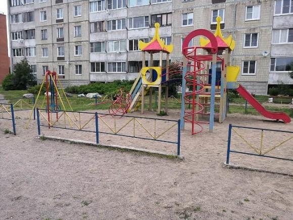 Трехлетнюю девочку развратили на детской горке в Москве