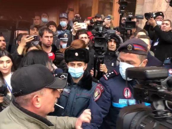 В Ереване две сотни противников Пашиняна остались на ночь у парламента
