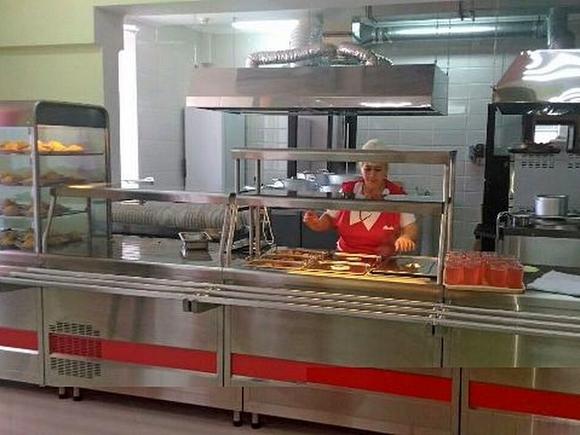 Кормят детей полусырыми котлетами, салат мешают голыми руками: ужасы школьной столовой в Перми (видео)