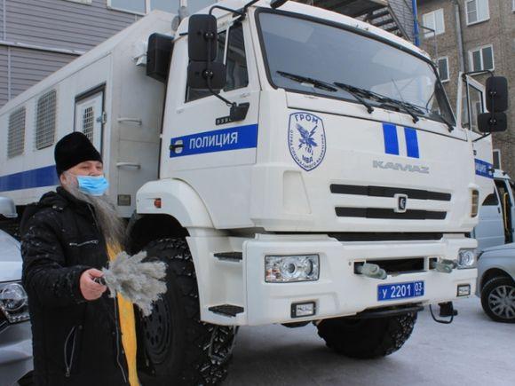 В Улан-Удэ священник освятил автозак