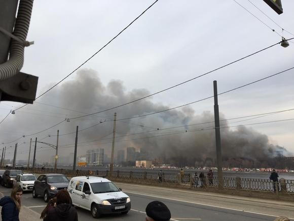 Пламя охватило еще одно здание, находящееся рядом с горящей фабрикой Невская мануфактура