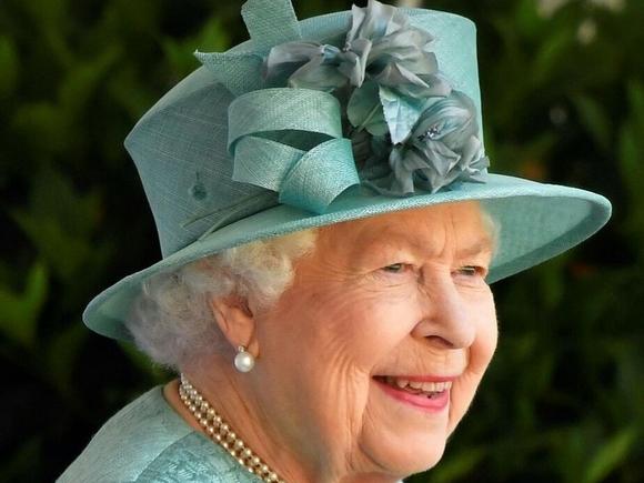 Королева Британии провела ночь в больнице