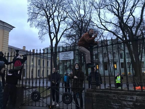 Штурм заборов, ершики и электрошокеры: протестующие в Петербурге пытаются прорваться на Невский проспект (фото, видео)