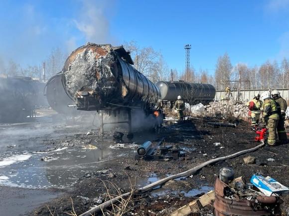 Цистерны с нефтепродуктами горят рядом с Омским НПЗ