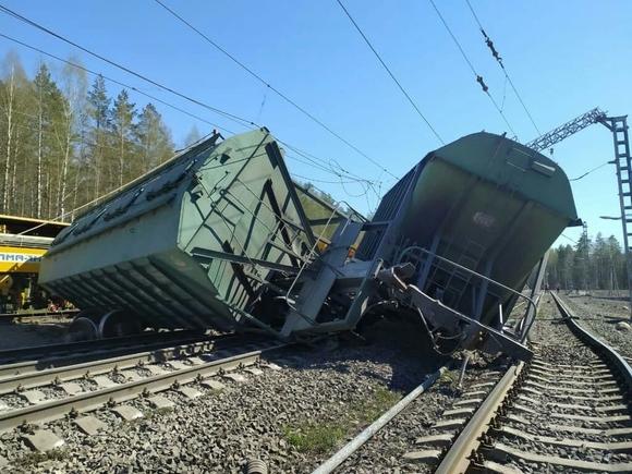 РЖД задержала пассажирские поезда из-за схода почти 20 вагонов в Карелии (фото)
