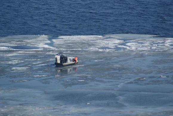 b2wFpHMY 580 - На Волге дрейфует льдина с рыбаками