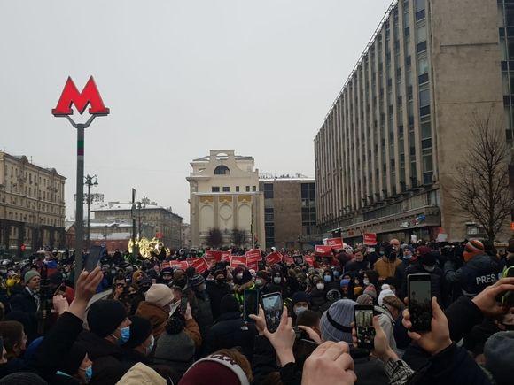 В Москве протестующие движутся в сторону Кремля